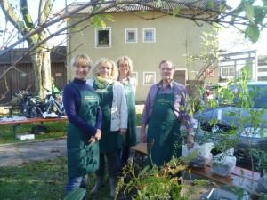 Kerstin Zimmermann, Waltraud Bierschneider, Ursula Stitzl und Vorstand Mörwald am Stand des Gartenbauvereines