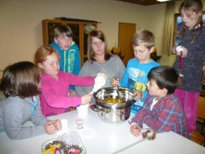 Die Kinder bereiten gerade die Sheabutter für den Fußbalsam