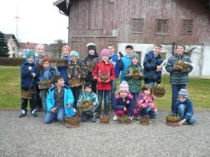 Stolz zeigen die Kinder ihre selbst gebastelten Ostrkörbchen aus Weiden