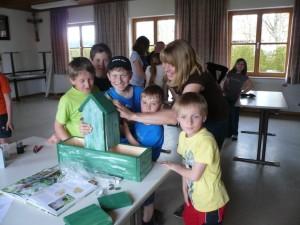Die Kinder der Wurzelkinderbande schrauben die letzten Elemente eines der Zwitscherhotels zusammen