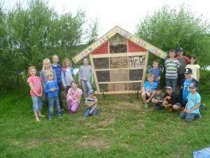Stolz präsentiert die Gruppe ihr neu geschaffenes Insektenhotel