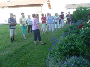 Maria Wegerer erklärt gerade ihre Balkonblumen
