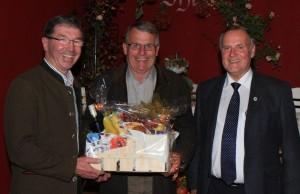 Für seine langjährige Tätigkeit bekam Kreisfachberater Unterhauser einen Geschenkkorb vom Gartenbauverein überreicht