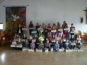 Stolz präsentieren alle Kinder ihre selbst geschaffenen Werke
