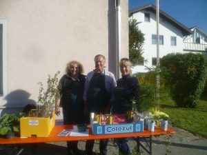 Waltraud Bierschneider, Josef Mörwald und Kerstin Zimmermann vor einem Teil ihres Tauschangebotes