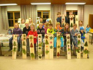 Freudig präsentieren die Kinder ihre Weihnachtsbretter